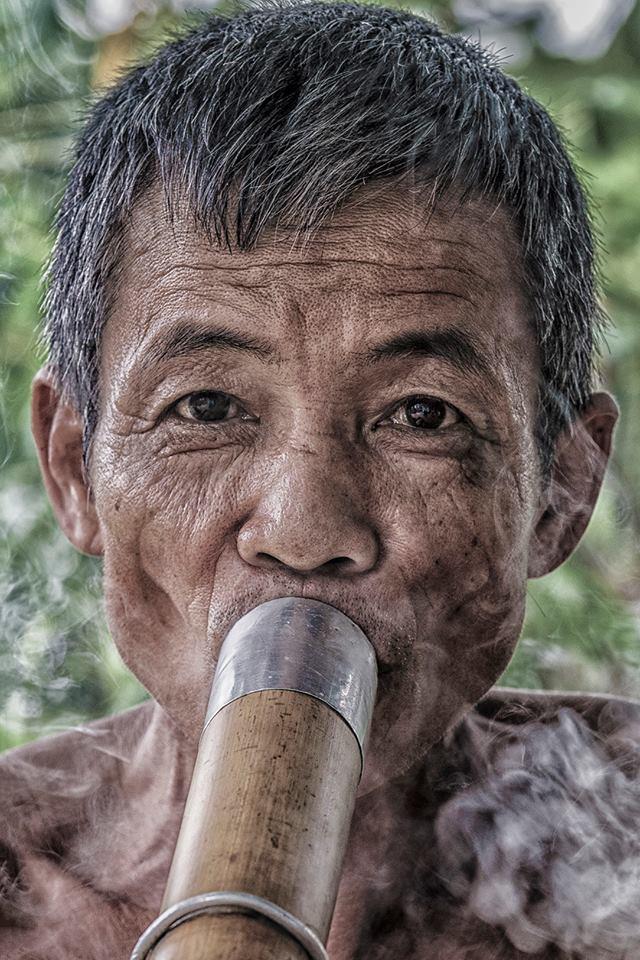 A pochi chilometri dal confine con la Cina si distendono ampie piantagioni di tabacco utilizzato, sia dalle donne appartenenti alle etnie più numerose che dagli uomini, come tabacco puro attraverso grandi pipe (specie di bong) ricavate dalle canne di bambù. La sensazione, almeno per chi aspira per la prima volta da una di queste gigantesche ciminiere, è di fumare un intero pacchetto di sigarette in una sola boccata.